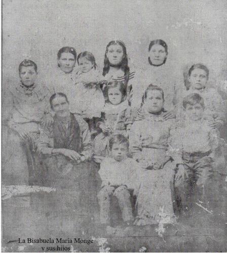 María Monge y sus hijos e hijas